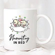 Namast'ay en la cama Taza MUG255 Nap Queen