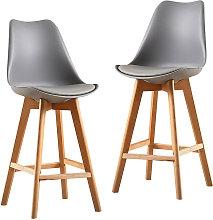 Un juego de dos sillas de bar de estilo